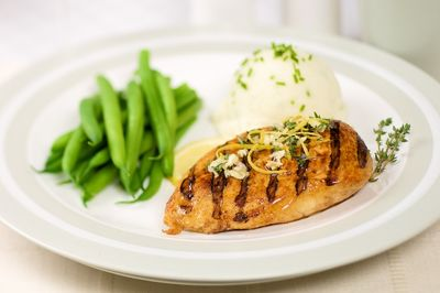 Grilled Low-fat chicken breast with mash and green beans